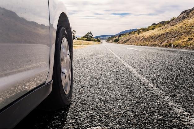 Carro que viaja por uma estrada Foto gratuita