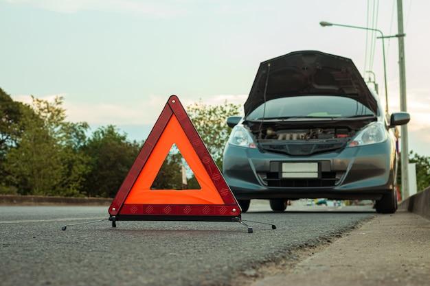 Carro quebrado na estrada Foto Premium
