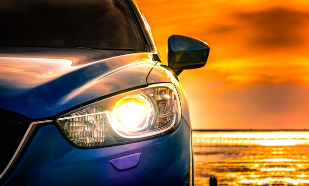 Carro suv compacto azul com esporte e design moderno, estacionado na estrada de concreto Foto Premium