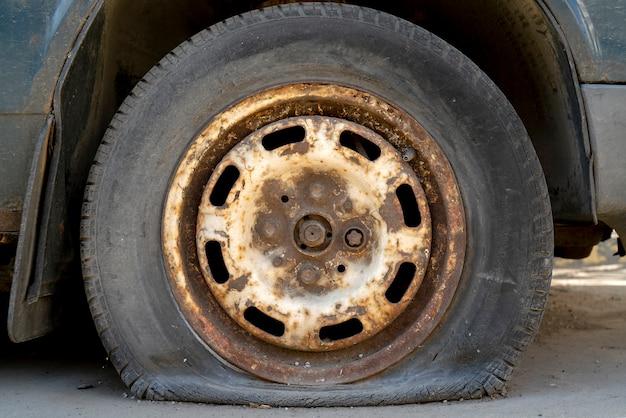 Carro velho do pneu liso. Foto Premium