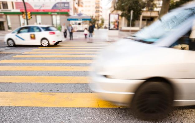Carros borrados abstratos; veículos na rua da cidade Foto gratuita