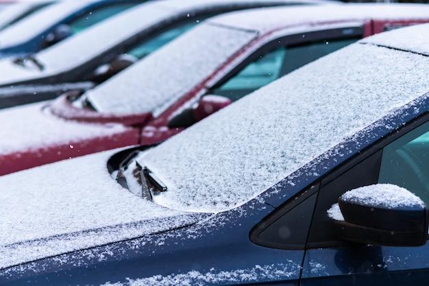 Carros cobertos de neve no estacionamento Foto Premium