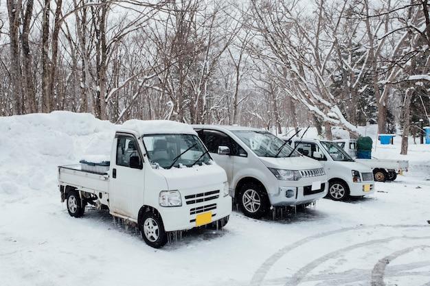 Carros congelados na temporada de inverno no japão Foto gratuita