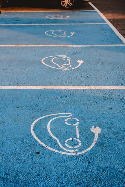 Carros elétricos. sinal pintado no chão de um estacionamento para estação de recarga elétrica. Foto Premium