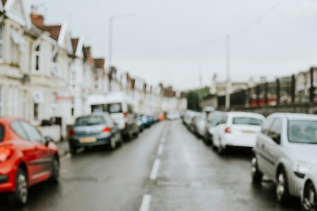 Carros estacionados ao longo da fileira de casas Foto gratuita