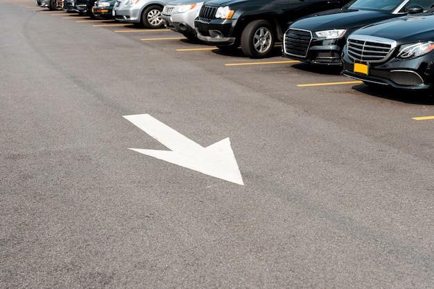 Carros estacionados e sinalização de rua Foto gratuita