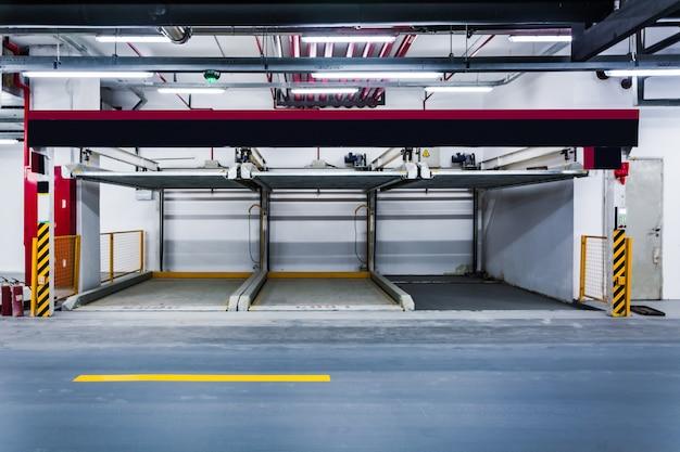Carros estacionados em garagem. Foto gratuita