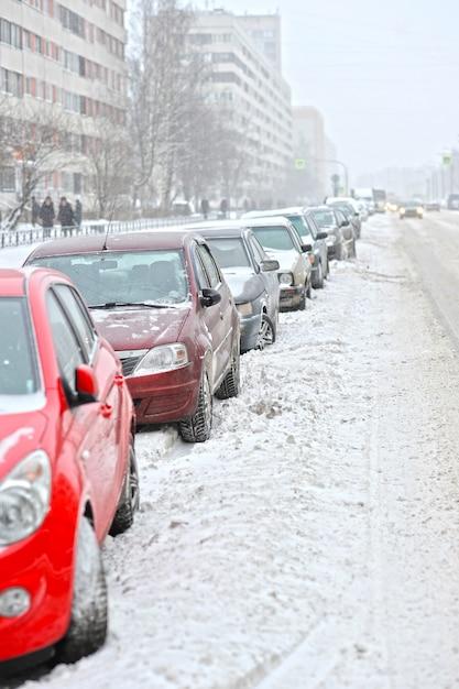 Carros estacionados na beira da estrada no inverno Foto Premium