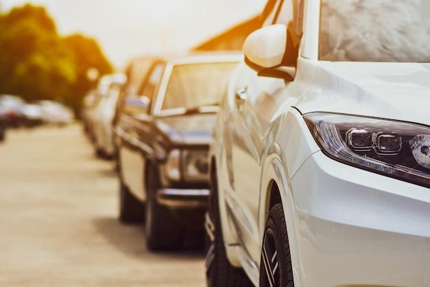 Carros estacionados na estrada Foto Premium