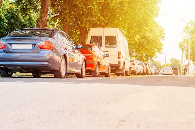 Carros estacionados na rua na cidade Foto Premium