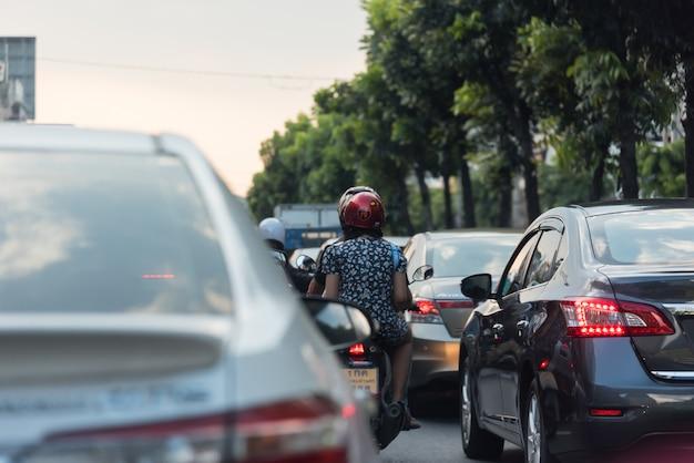 Carros na estrada movimentada na cidade com engarrafamento Foto Premium