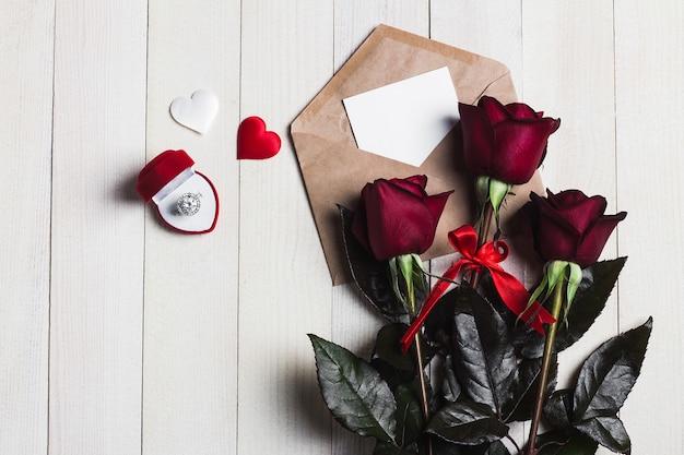 Carta de amor de envelope de dia dos namorados com anel de noivado de cartão Foto gratuita