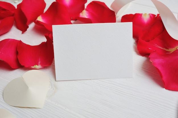 Carta de coração de composição de flores com pétalas de rosa vermelhas Foto Premium