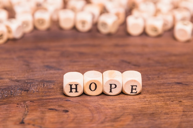Carta de esperança, disposta com cubos de madeira Foto gratuita