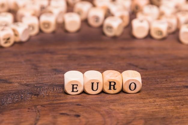 Carta de euro feita de cubos de madeira Foto gratuita