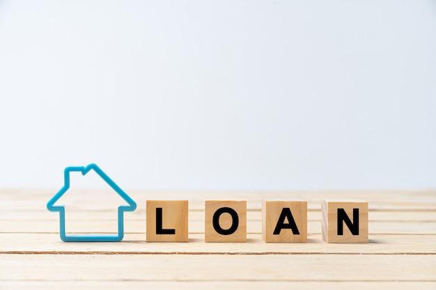 Carta de madeira de empréstimo com modelo de casa azul no branco Foto Premium
