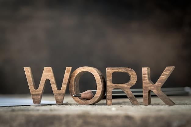 Carta de madeira do trabalho com o lápis para trabalhar o conceito para a tabela satisfeita. Foto Premium