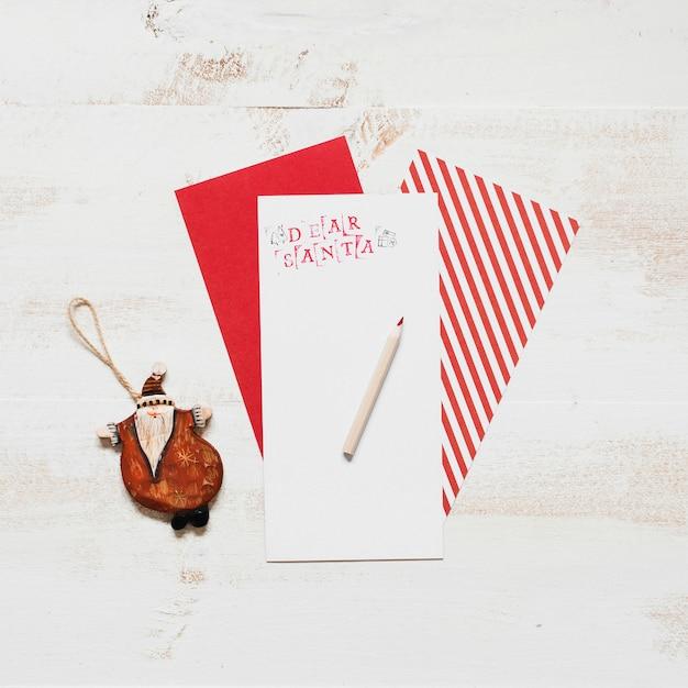 Carta de papai noel com envoltório de ornamento e presente Foto gratuita
