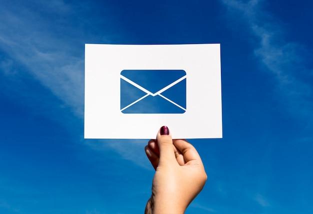 Carta de papel de comunicação de rede de e-mail perfurada Foto gratuita