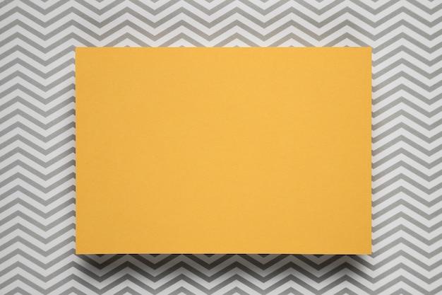Cartão amarelo com fundo estampado Foto gratuita