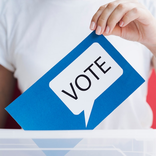 Cartão azul de close-up com bolha do discurso de votação Foto gratuita