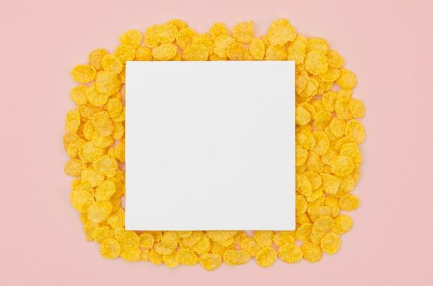 Cartão branco com espaço de cópia, rodeado por flocos de milho Foto gratuita