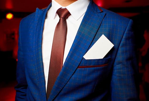 Cartão branco em branco no bolso de uma jaqueta azul masculina Foto Premium