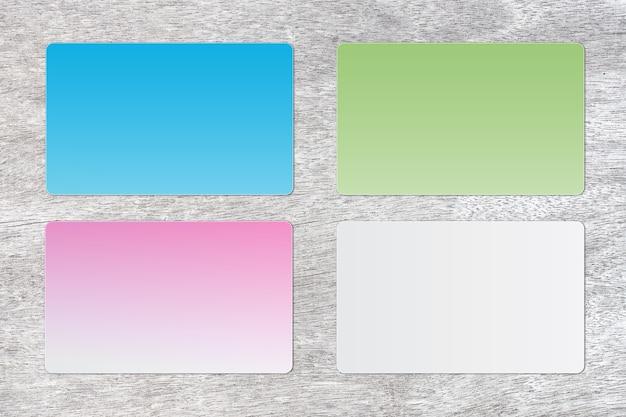 Cartão colorido em branco em um fundo de madeira. para texto Foto Premium