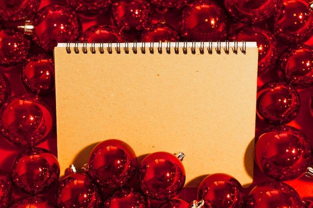Cartão com enfeites de natal Foto Premium