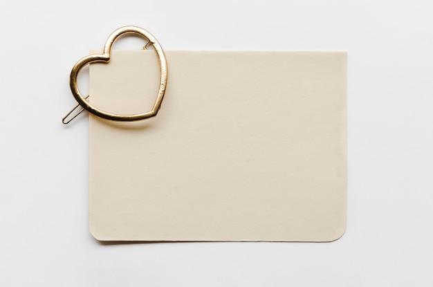 Cartão com gancho em forma de coração Foto gratuita
