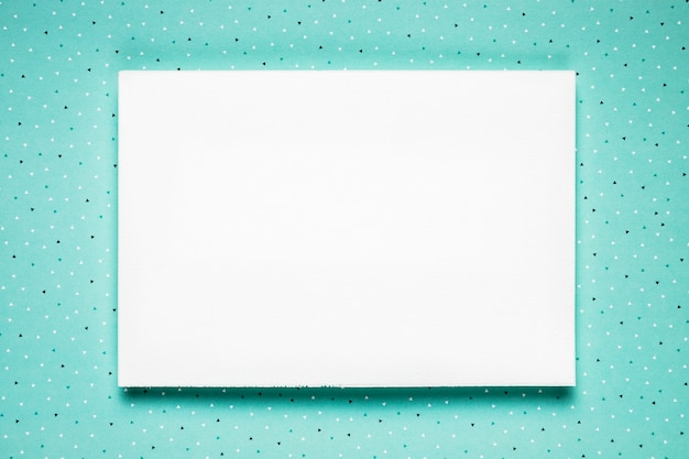 Cartão de casamento branco no fundo da cerceta Foto gratuita