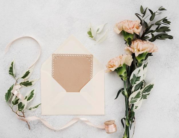 Cartão de convite de casamento com flores Foto gratuita