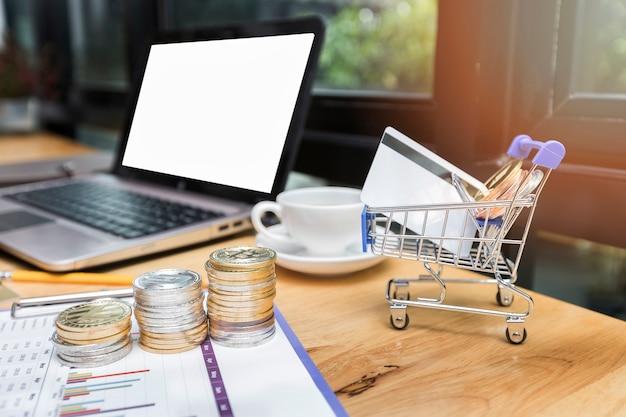 Cartão de crédito e bitcoin em carrinhos de compras em miniatura. sistemas de pagamento modernos. Foto Premium
