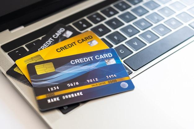 Cartão de crédito em um teclado de computador. conceito de compra pela internet Foto Premium