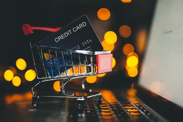 Cartão de crédito no carrinho pequeno, conceito on-line de compras. Foto Premium