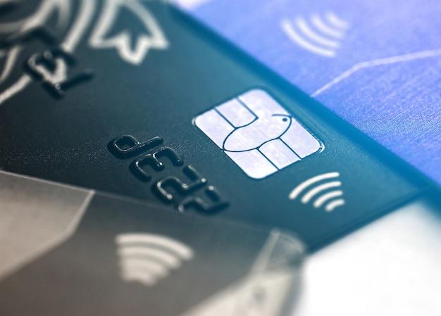 Cartão de crédito sem contato eletrônico com microchip de foco seletivo. macro de um cartão de crédito. Foto Premium