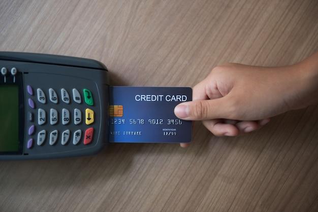 Cartão de crédito, uso de cartão de crédito, pagamento com cartão de crédito Foto Premium