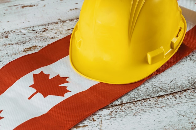 Cartão de feliz dia do trabalho de canadá e capacete amarelo Foto Premium