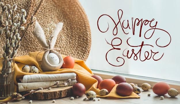 Cartão de feliz páscoa. ovo fofo num guardanapo em forma de um coelho perto da janela. ovos de codorniz. conceito de feliz páscoa Foto Premium