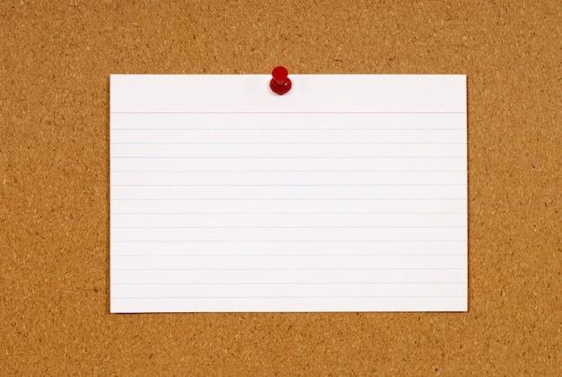 Cartão de índice na placa da cortiça Foto gratuita