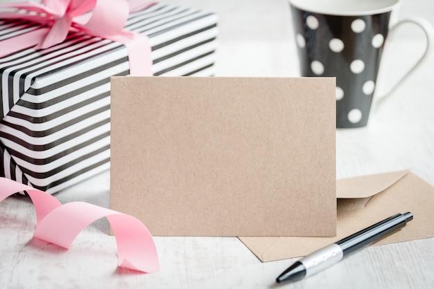Cartão de kraft vazio de saudação Foto Premium