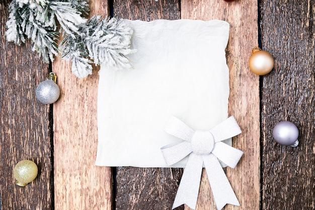 Cartão de natal com bola vermelha e árvore de natal com fundo de madeira. vista do topo. Foto Premium