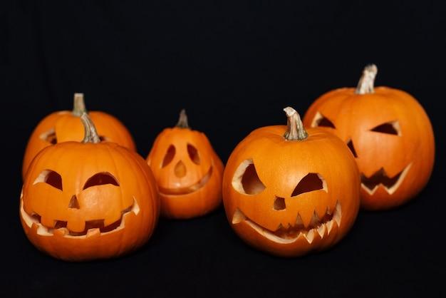 Cartão de outono festivo com abóboras laranja para o halloween Foto Premium