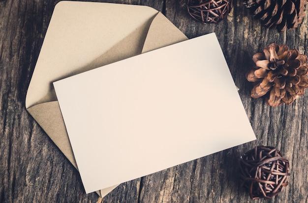 Cartão de papel branco em branco com envelope marrom Foto Premium