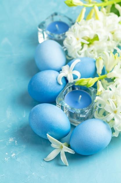 Cartão de saudação festiva, feliz páscoa em estilo azul Foto Premium