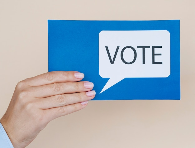 Cartão de vista frontal azul com bolha do discurso de votação com fundo bege Foto gratuita