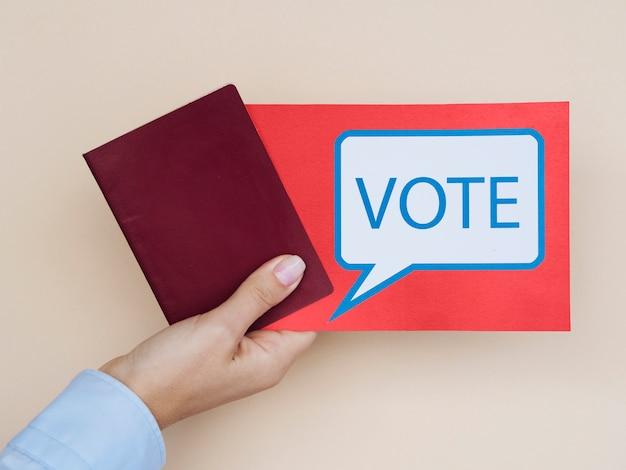 Cartão de vista frontal com bolha do discurso de votação com fundo bege Foto gratuita