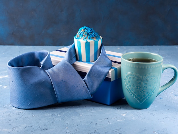 Cartão do dia dos pais com caixa de presente e bolo do copo, gravata Foto Premium