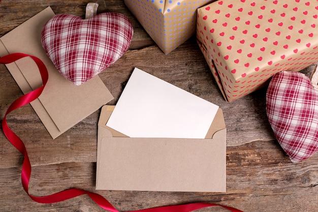 Cartão e envelope com presentes Foto gratuita