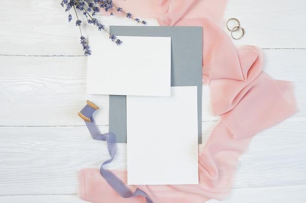 Cartão em branco branco com dois anéis de casamento Foto Premium